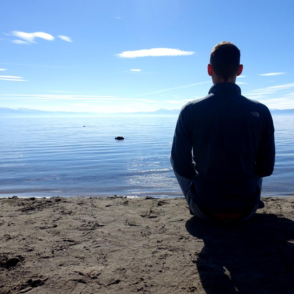 Jelle mediteert aan Lake Tahoe, CA